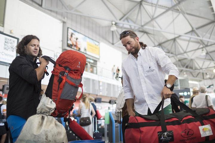Budapest, 2016. június 14. Klein Dávid (b) és Suhajda Szilárd hegymászó csomagjaikat pakolja a Liszt Ferenc Nemzetköz Repülőtéren 2016. június 14-én. A két sportoló együtt indult el a Pakisztán és Kína határán, a Karakorum hegységben található, 8611 méteres K2 csúcs megmászására a Johnnie Walker K2 Expedíció keretében. MTI Fotó: Mohai Balázs