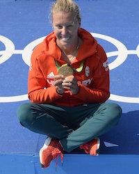 Rio de Janeiro, 2016. augusztus 18. A címvédő Kozák Danuta aranyérmével a női kajak egyesek 500 méteres versenyének eredményhirdetése után a Rio de Janeiró-i nyári olimpián a Rodrigo de Freitas Lagúnában 2016. augusztus 18-án. MTI Fotó: Kovács Tamás