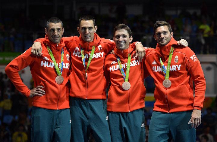 A bronzérmes Boczkó Gábor, Rédli András, Imre Géza és Somfai Péter (b-j) a férfi párbajtőrözők csapatversenyének eredményhirdetésén a riói nyári olimpián a 3-as Karióka Arénában 2016. augusztus 14-én. MTI Fotó: Czeglédi Zsolt