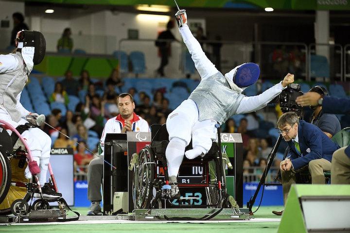 Rio de Janeiro, 2016. szeptember 17. Krajnyák Zsuzsanna (j) és a kínai Csang Csun-cuj a kerekesszékes vívók tőr csapatversenyében a riói paralimpián a 2-es Karióka Arénában 2016. szeptember 16-án. A Krajnyák Zsuzsanna, Dani Gyöngyi, Hajmási Éva összeállítású magyar válogatott 45-28-ra kikapott a kínai csapattól, így ezüstérmet szerzett. MTI Fotó: Koszticsák Szilárd