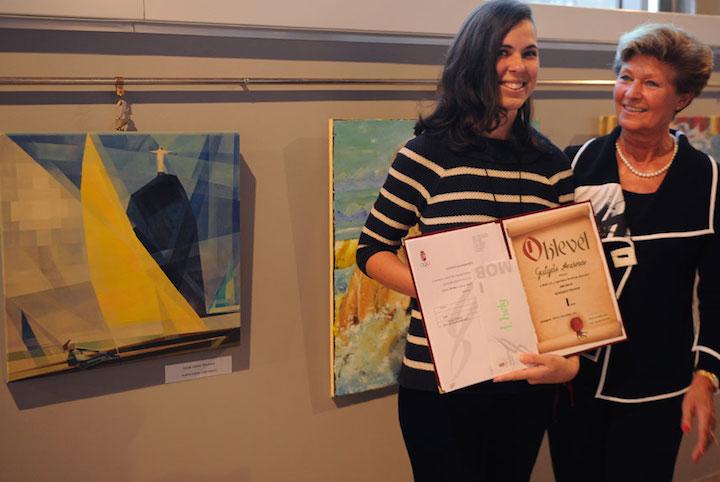 """Az első helyezettnek járó díjat Gulyás Andrea kapta """"Fényforrás"""" című művéért. Mellette Regőczy Krisztina. Fotó: Szalmás Péter"""