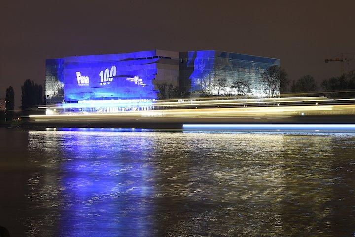 Budapest, 2017. április 5. A 2017-es vizes világbajnokság központi budapesti létesítménye, a Dagály Úszóaréna díszkivilágításban 2017. április 5-én. Száz nap van hátra a 17. FINA Világbajnokság kezdetéig, ezt jeleníti meg a kivilágítás. MTI Fotó: Kovács Tamás