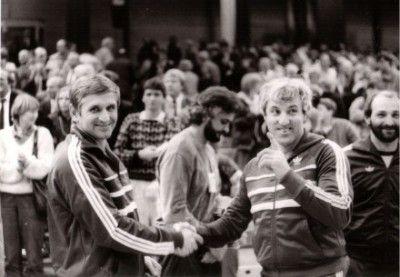 """Csík János és Szabó Patyi az 1985-ös, oldenburgi B-világbajnokságon. Közöttük Orbán Antal, aki később Brémába """"exportálta"""" Elekes Csillát és Kiss Évát. Jobbszélen Gódor Mihály"""