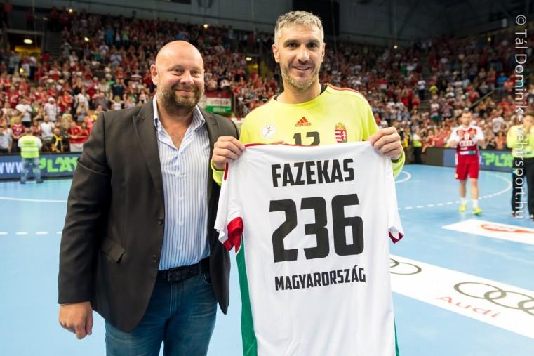 A lefújás után Fazekas Nándort is elbúcsúztatták, aki tizenhárom világversenyen képviselte hazáját, az athéni (2004) és a londoni olimpián (2012) is negyedik lett, összesen 236 alkalommal szerepelt a válogatottban. Szintén megköszönték Javier Sabaté szövetségi kapitány munkáját, aki 21 meccsen irányította az alakulatot. Tizenhárom győzelem mellett egy alkalommal ért el döntetlent és hét vereséget szenvedett a gárda élén. Fotó: Tál Dominik/vehirsport.hu