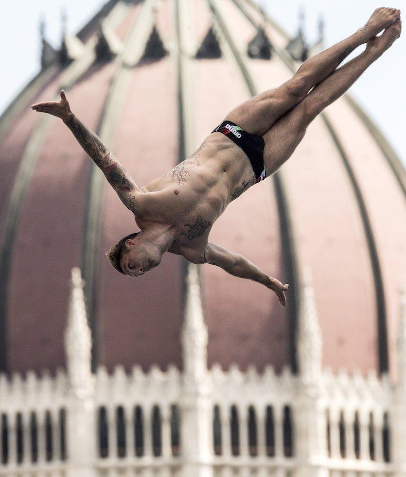 Budapest, 2017. július 30. A későbbi harmadik helyezett olasz Alessandro De Rose a 17. vizes világbajnokság férfi óriás-toronyugrás döntőjében a Batthyány téren 2017. július 30-án. MTI Fotó: Szigetváry Zsolt