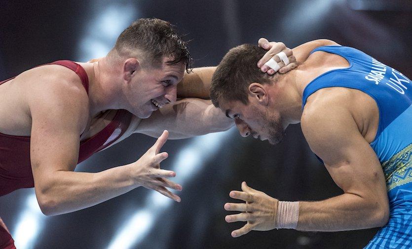 Párizs, 2017. augusztus 25. Veréb István (piros mezben) és az ukrán Ljubomir Szagaljuk küzd a férfiak szabadfogású 86 kilogrammos súlycsoportjában a párizsi birkózó-világbajnokságon, az AccorHotels Arenában 2017. augusztus 25-én. Veréb István győzött, ezzel továbbjutott a nyolcaddöntőbe. MTI Fotó: Szigetváry Zsolt