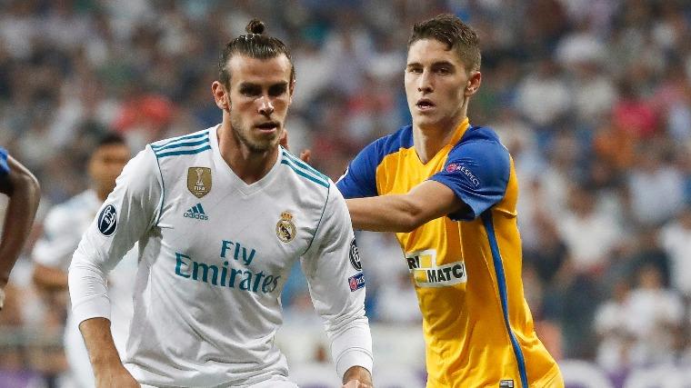 Gareth Bale és Sallai Roland. Fotó: EPA/Juanjo Martin